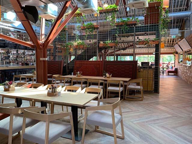 Humalakoda-ravintola on valoisa ja viihtyisä.
