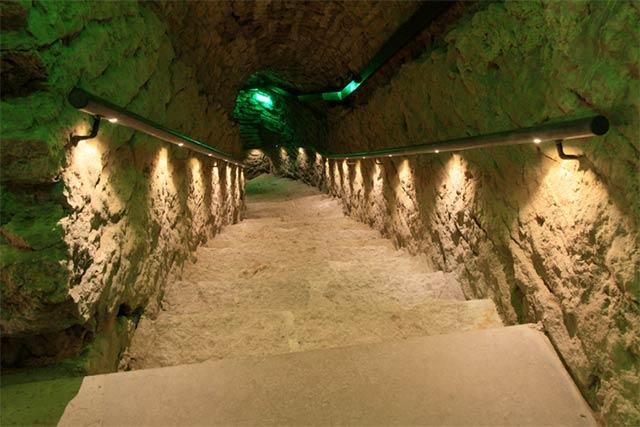 Bastionien tunnelit on jännittävä luolasto Tallinnan vanhankaupungin alla.
