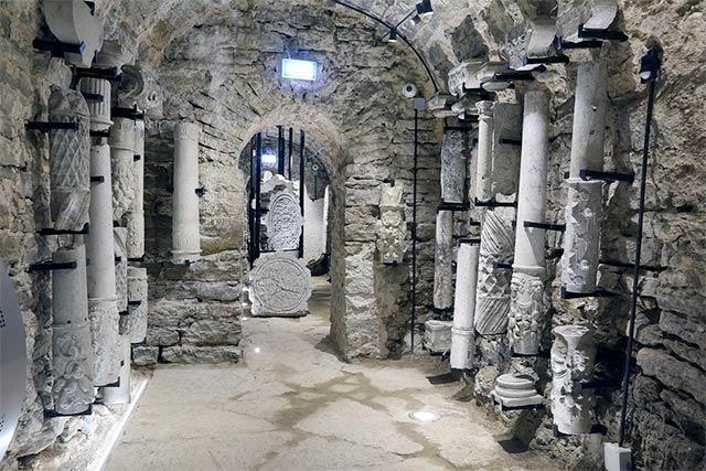 Vanhoja luolan pilareita esitteillä Bastionien tunneleissa.
