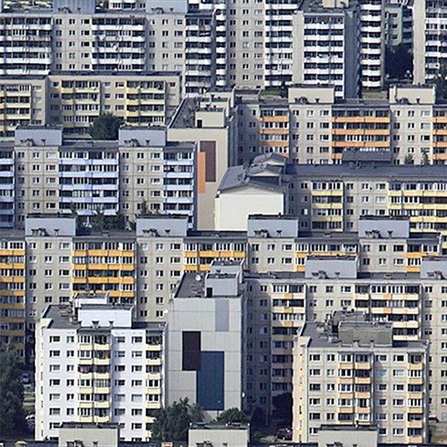 Lasnamäeltä löytyy lukemattomasti betonisen jyhkeitä kerrostaloja Neuvostoliiton ajalta.