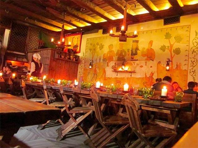 Olde Hansa ravintolan tunnelmaa ja kynttilät