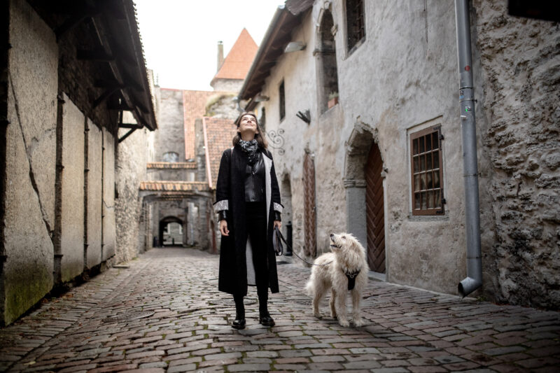 Nainen ja koira vanhassakaupungissa